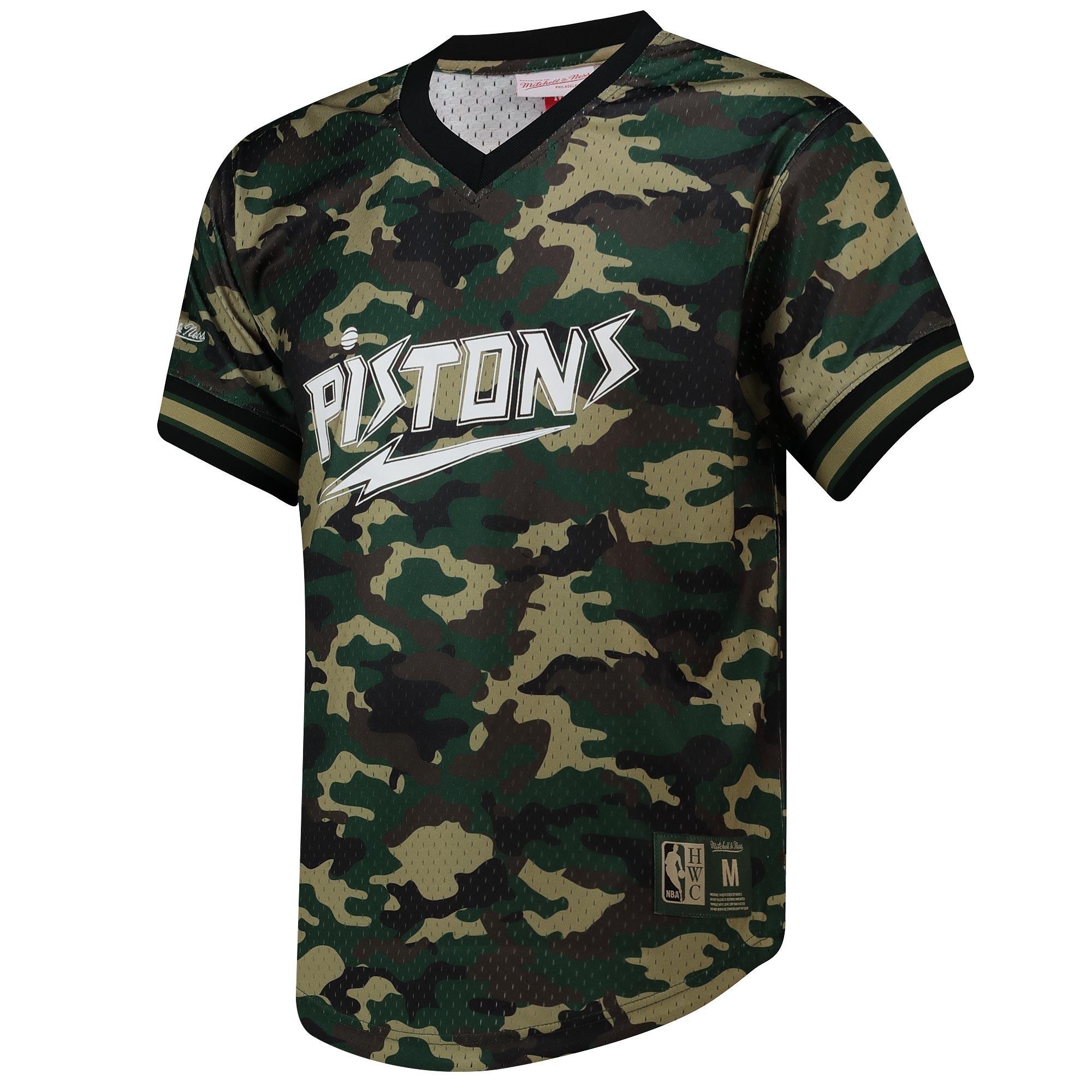 Camiseta con cuello de pico Camo Mesh de los Detroit Pistons de Mitchell&Ness para hombre